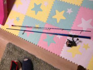 床に置いた釣り竿