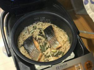 炊き立ての練馬サーモンの炊き込みご飯
