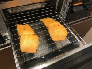 コンロで焼く練馬サーモンの塩焼き