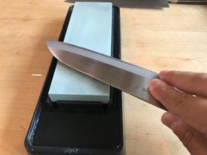 砥石を使った包丁研ぎ